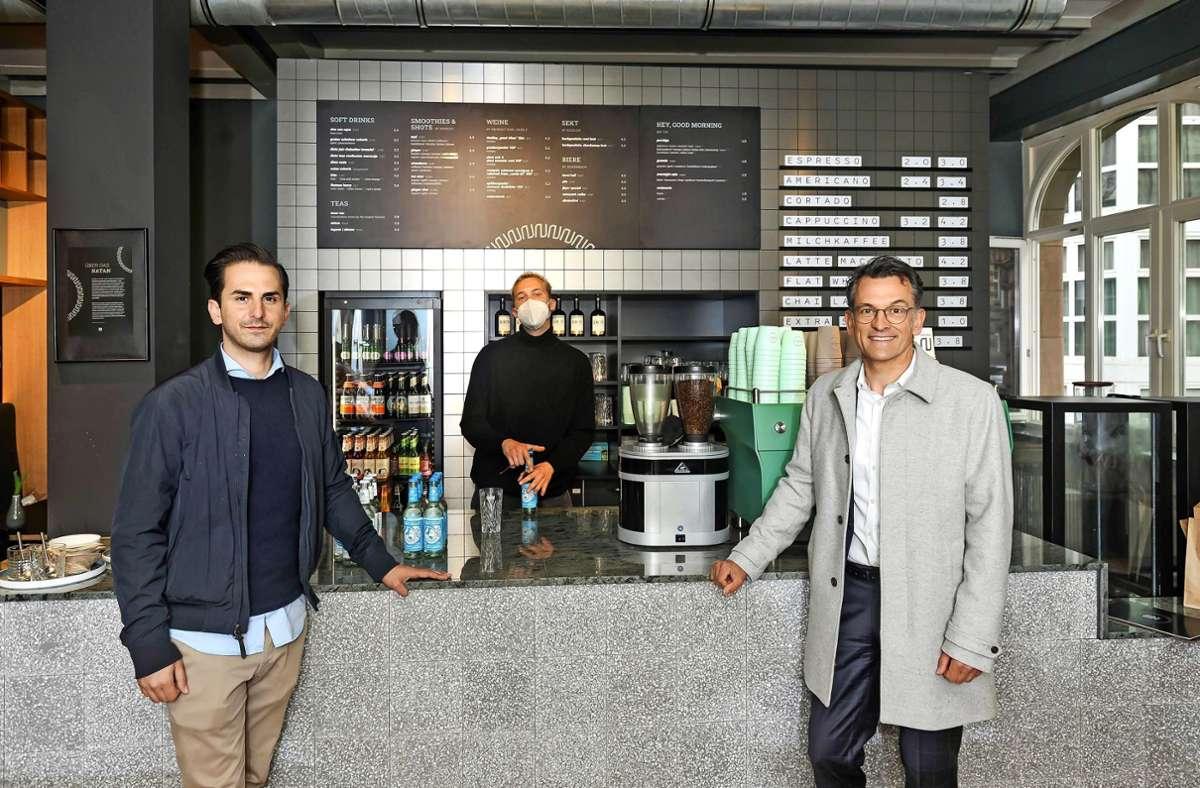Im  Café Natan am Rande der Altstadt: Serkan Eren, Mario Pandza, Porsche-Deutschland-CEO  Alexander Pollich (v.li.) Foto: Lichtgut/Max Kovalenko