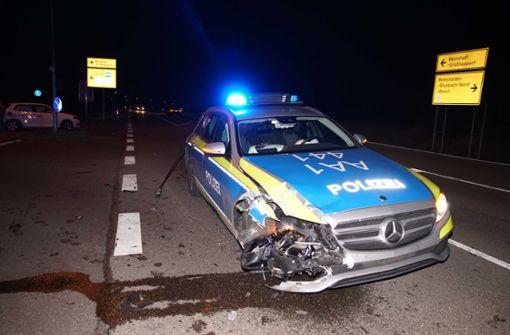 Frau nimmt Polizeiauto die Vorfahrt - Zwei Beamte leicht verletzt