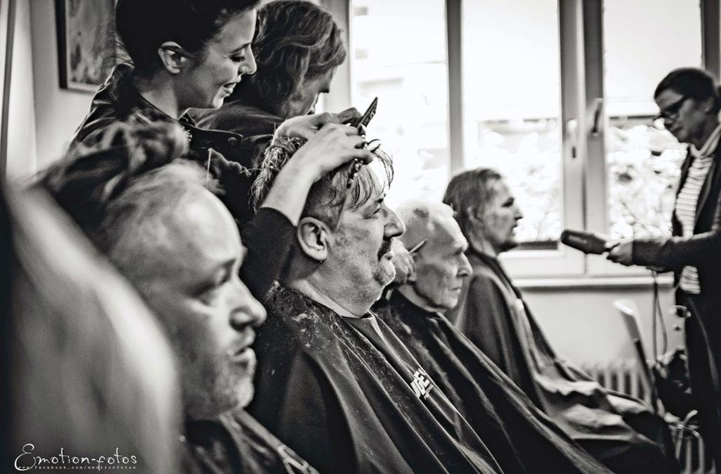 Sauberer Schnitt bei Bedürftigen Foto: Emotion-fotos