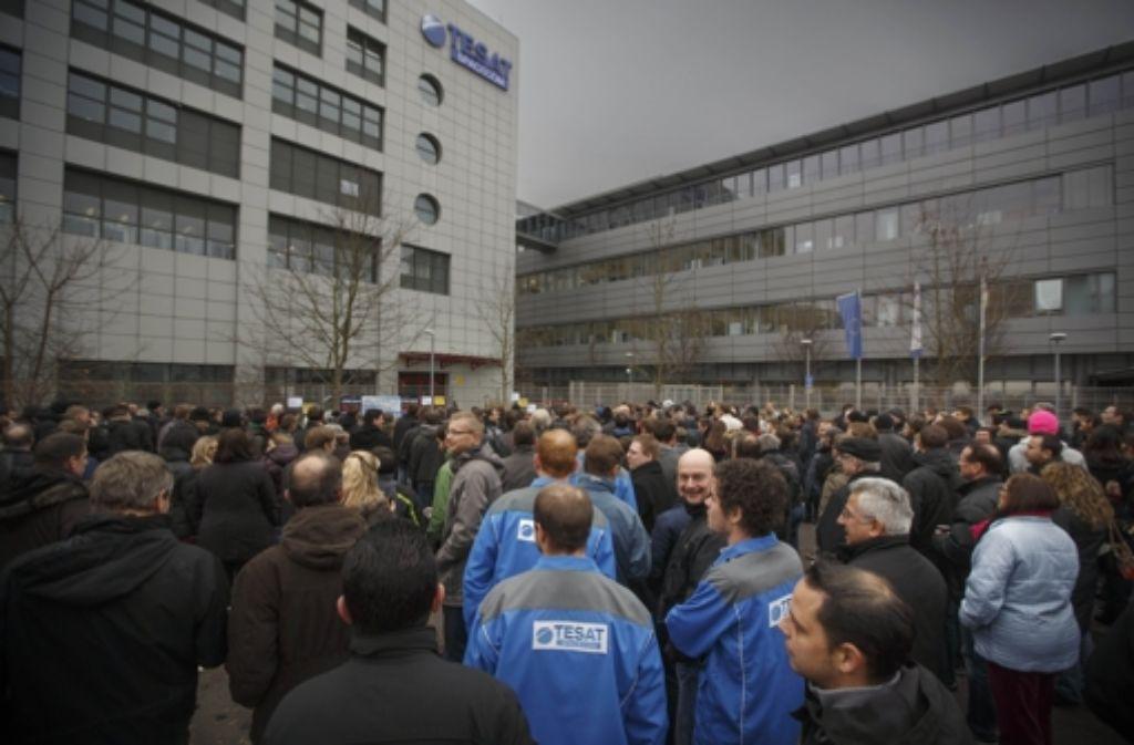 Mehrere hundert Tesat-Mitarbeiter protestieren in Backnang. Foto: Gottfried Stoppel