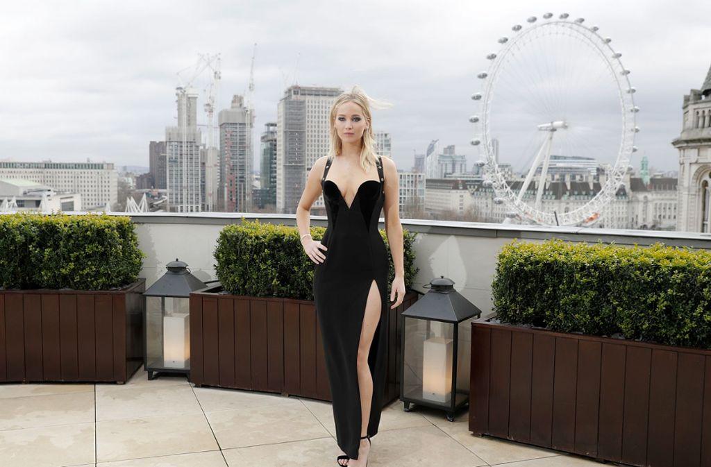 Ja, wer wird denn da gleich bibbern? Die Schauspielerin Jennifer Lawrence posiert bei schattigen Temperaturen leicht bekleidet für einen Werbetermin auf einer Dachterrasse. Foto: Getty Abo