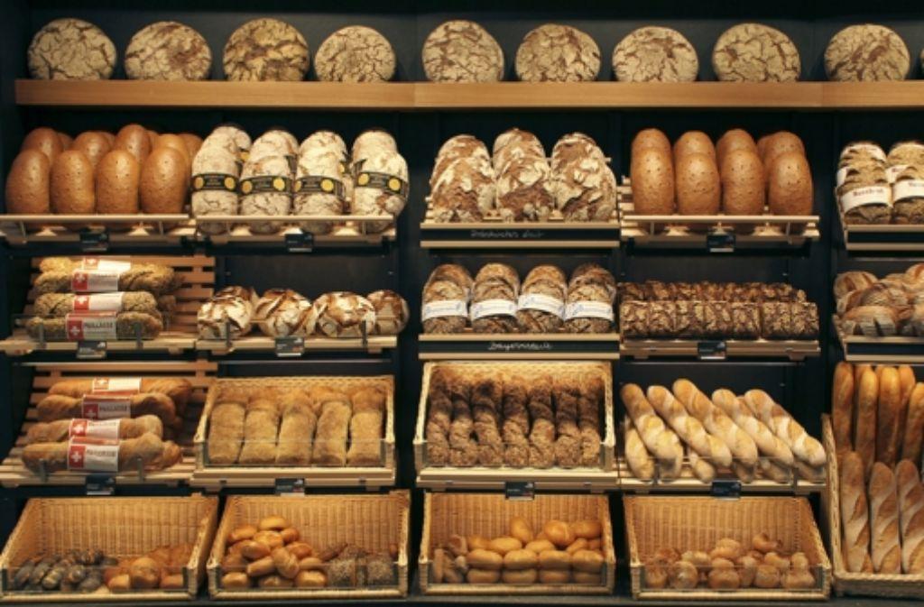 Im Teig sind sie noch vorhanden, im fertigen Brot aber nicht mehr: Bakterien. Foto: dpa
