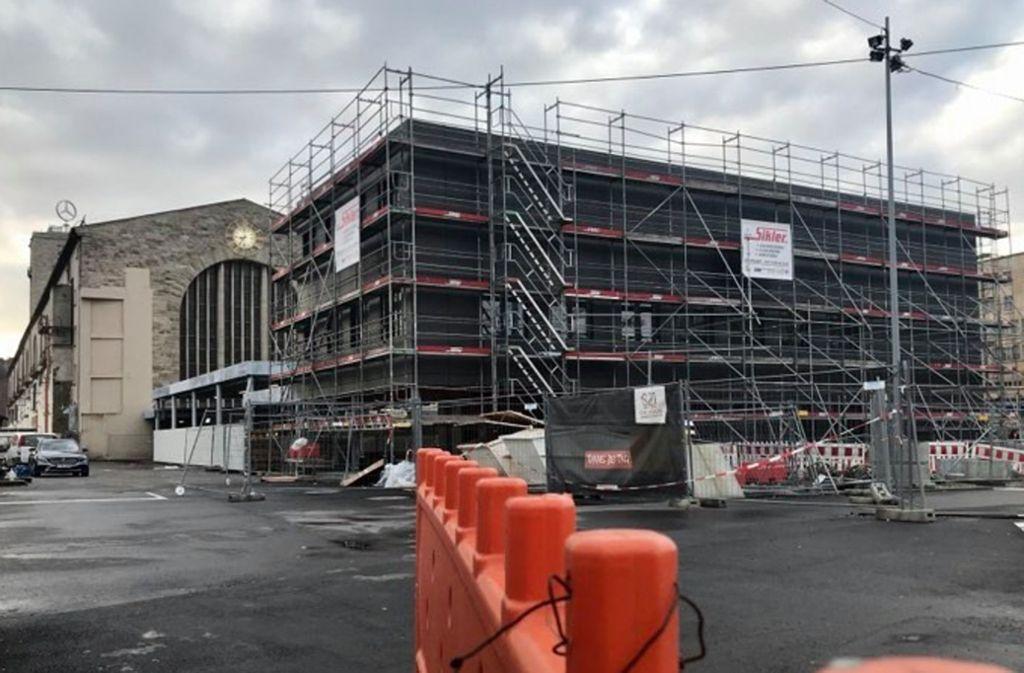Ab  April 2020 soll die neue Wartehalle mit rund 120 Sitzplätzen Reisenden zur Verfügung stehen. Foto: Jonas Schöll/StZN