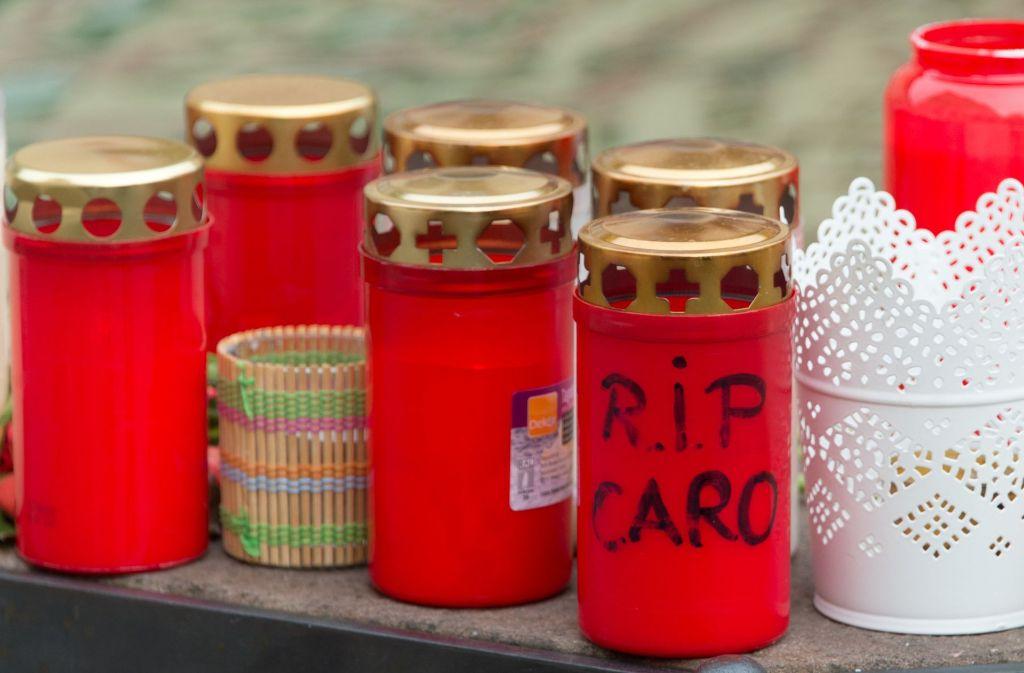 Kerzen erinnern an die getötete junge Frau. In einer Trauerfeier haben die Menschen nun Abschied genommen. (Archivfoto) Foto: dpa