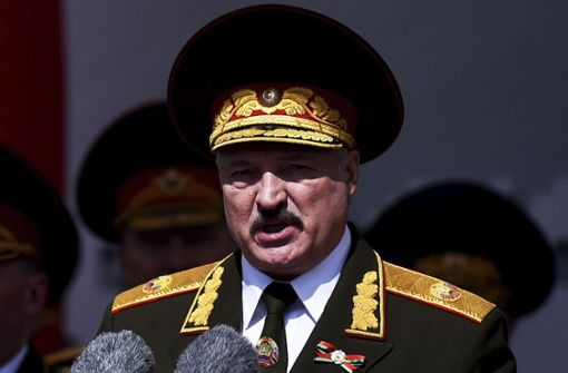 Lukaschenko greift buchstäblich zur Waffe