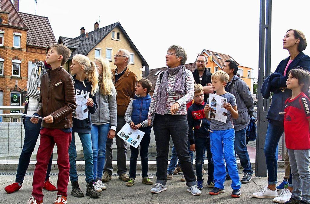 Mit Jutta Sailer-Paysan (Bildmitte) gingen die Kinder und Erwachsenen auf Erkundungstour durch Feuerbach. Foto: Susanne Müller-Baji