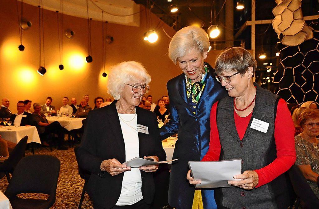 Sichtliche erfreut waren Elfriede Stauder (links) und Gabriele Lessins-Bufler (rechts) von der Auszeichnung mit der Ehrenmünze der Stadt durch die Bezirksvorsteherin Ulrike Zich. Foto: /Georg Linsenmann