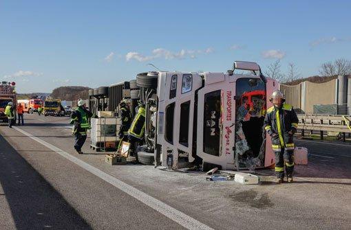 Lkw kippt nach Unfall um - Vollsperrung