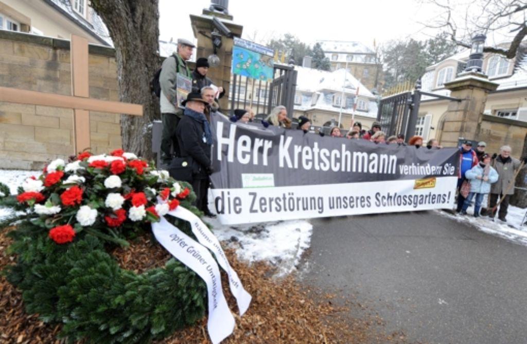 Protest vor der Villa Reitzenstein Foto: dpa
