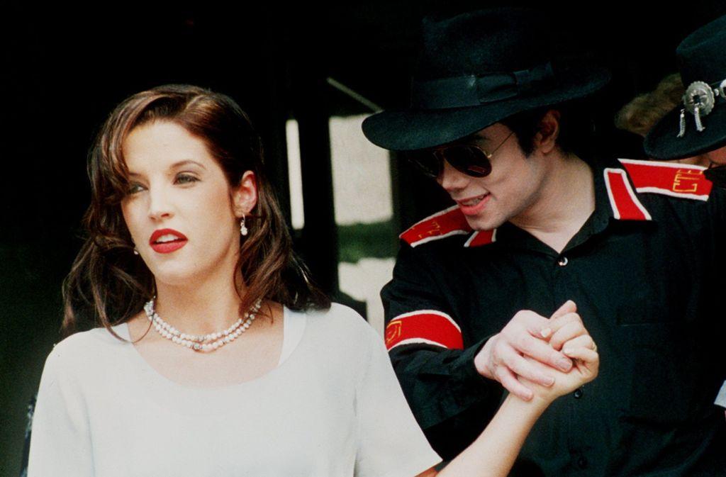 Michael Jackson trug häufig Filzhüte. Auf dem Bild mit Lisa Marie Presley. Foto: dpa/Kisbenedek