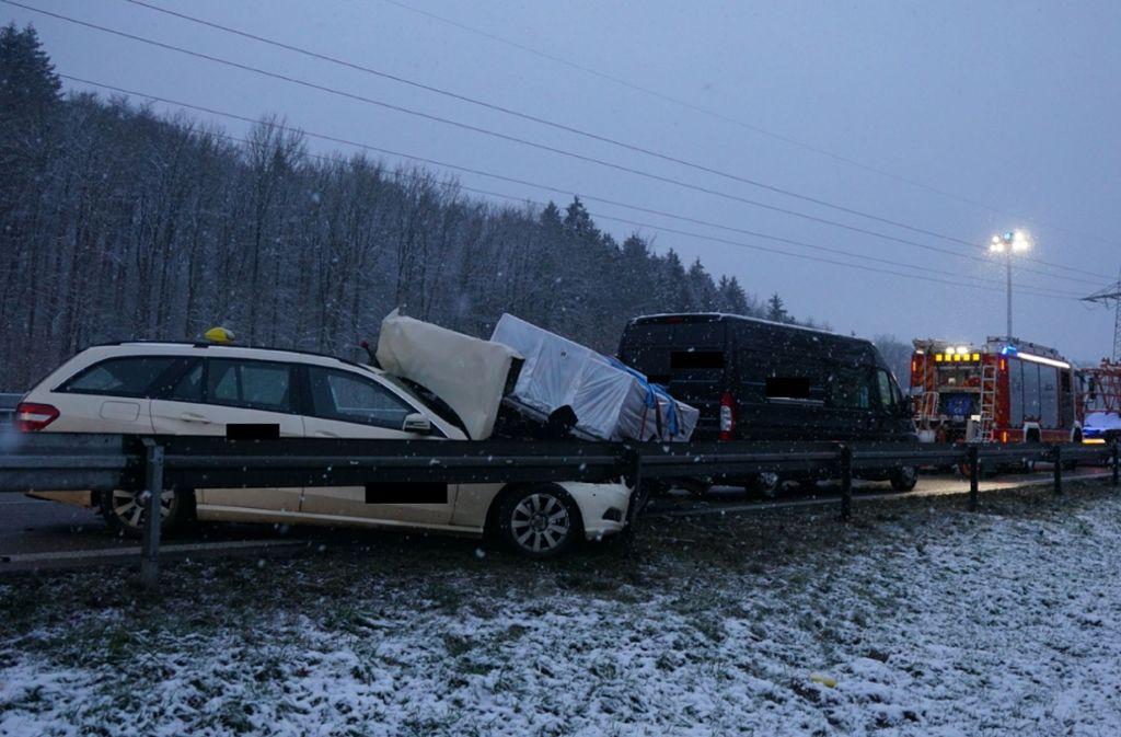 Der heftige Auffahrunfall ereignete sich gegen 7.30 Uhr auf der B10 bei Plochingen. Foto: SDMG