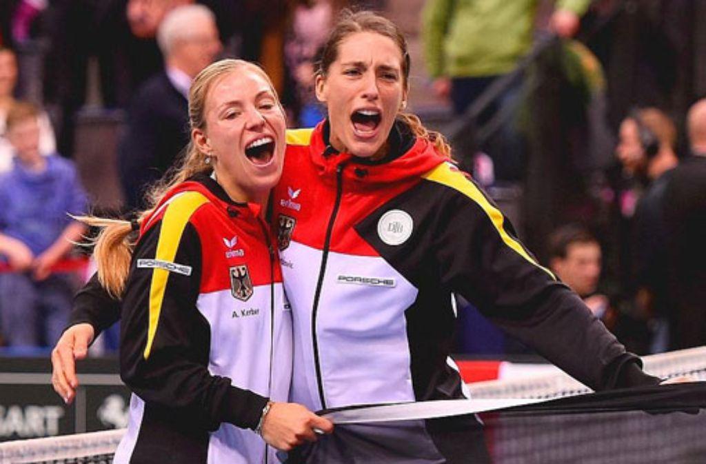 Angelique Kerber und Andrea Petkovic feiern in Stuttgart ihren Sieg über Australien. Die deutschen Tennis-Damen sind im Halbfinale des Fed-Cups. Foto: Bongarts/Getty Images