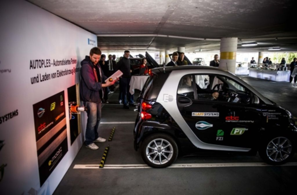 Der Smart dockt – noch mit Mensch am Steuer – an die Stromtankstelle an. Foto: Lichtgut/Max Kovalenko