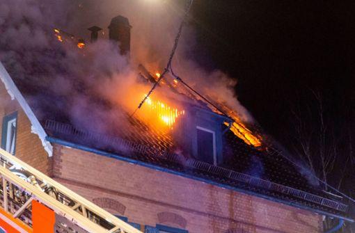 Balkonbrand greift auf Dachstuhl über