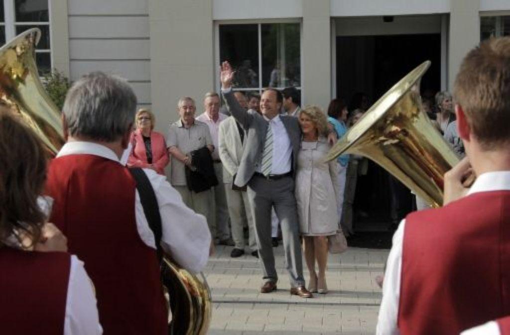 Die Stadtkapelle spielt Werner Spec und dessen Lebensgefährtin Michaela Möller zum Wahlsieg ein Ständchen. Foto: FACTUM-WEISE