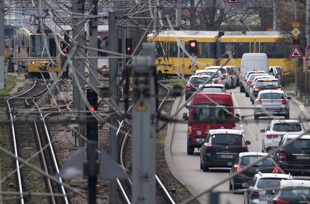 Auch am Samstag kam es in Stuttgart zu einem Unfall zwischen einem Pkw und einer Stadtbahn. (Symbolbild) Foto: dpa/Marijan Murat