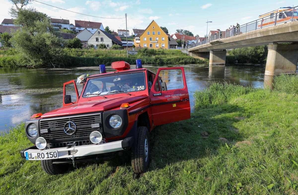 Einsatzfahrzeuge der Feuerwehr und des Rettungsdienst stehen an der Donau. Bei einem Junggesellenabschied auf der Donau ist ein 30 Jahre alter Mann in Baden-Württemberg ertrunken. Foto: dpa/Thomas Warnack