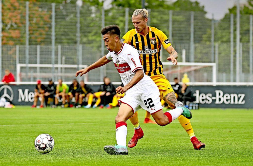 Der Neue nimmt Tempo auf: VfB-Stürmer Nicolas Gonzalez läuft Kai Gehring von der SG Sonnenhof Großaspach davon. Foto: Baumann