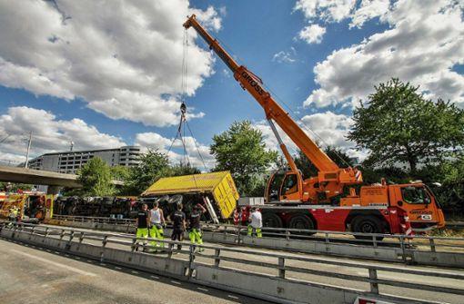 Umgekippter Lastwagen blockiert über Stunden die Autobahn