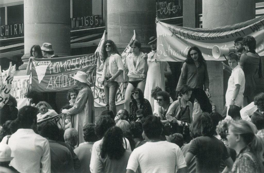 """Zum """"Homobefreiungstag"""" haben sich am 30. Juni 1979 etwa 400 Demonstranten am Königsbau getroffen. Foto: Uli Kraufmann"""