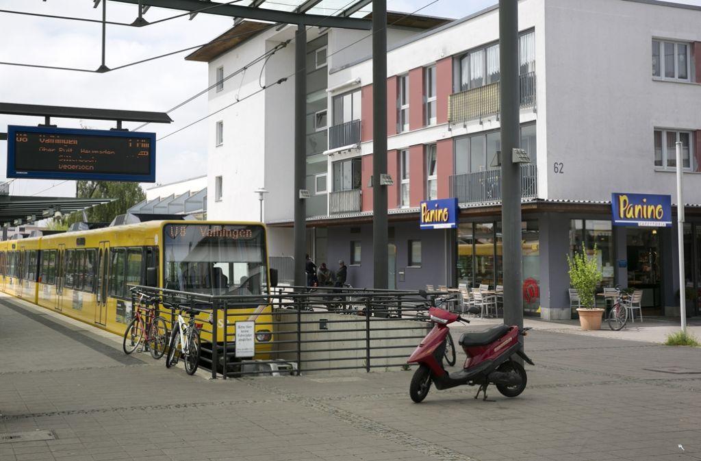 Endhaltestelle Nellingen: Ein Platz zum Einkaufen, Sonnen oder Flanieren. Foto: Horst Rudel