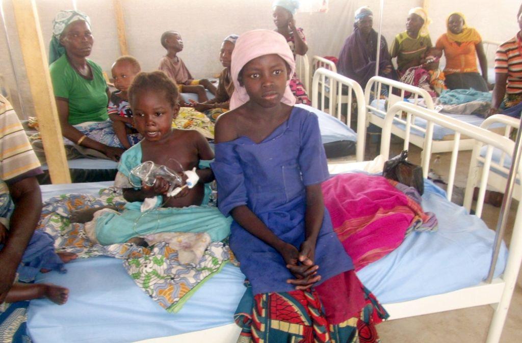 Nigerianische Frauen und Kinder in der Klinik im Flüchtlingscamp in Minawao, Kamerun. Foto: dpa