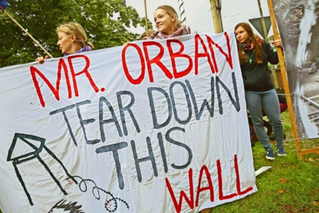 Nicht alle können dem Besuch Viktor Orbans bei der CSU-Klausur positive Seiten abgewinnen. Vor dem Kloster Banz sammeln sich  viele Menschen, um gegen den ungarischen Regierungschef und seine harte Flüchtlingspolitik zu protestieren. Foto: Getty