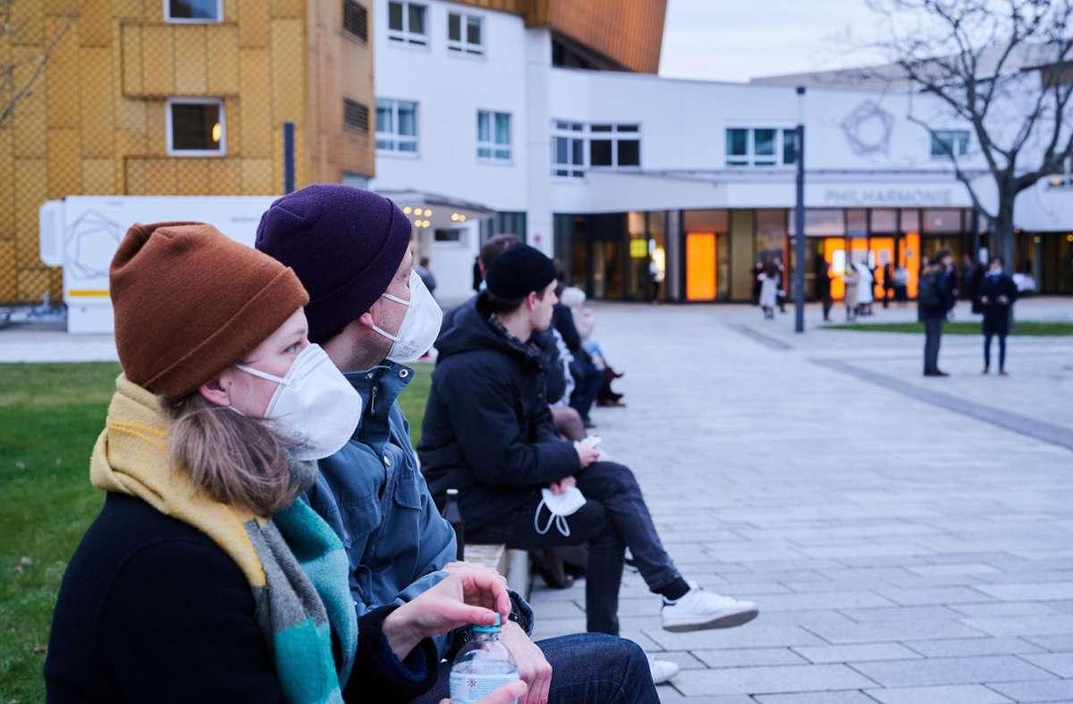 In Berlin gab es bereits am 20. März ein Konzert der Berliner Philharmoniker – hier Besucher mit Masken, die auf das Ergebnis ihres Corona-Tests warten. Foto: dpa/Annette Riedl