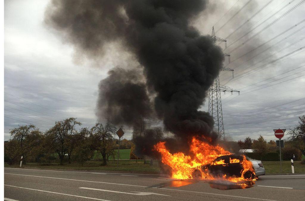 Zwischen Waiblingen und Korb hat am Montagmittag ein Mercedes gebrannt. Foto: StZ (Tschepe)