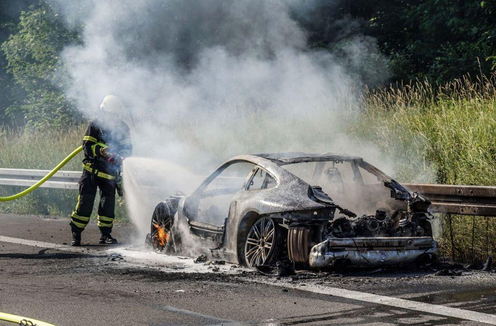Der Porsche brannte total aus. Foto: SDMG