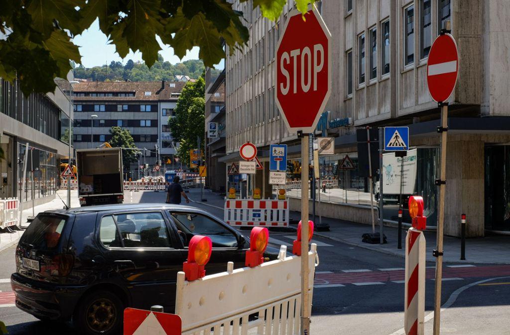 Geradeaus darf man nicht, nach links geht es in die Sackgasse – die Verhältnisse in der Tübinger Straße sind gewöhnungsbedürftig. Foto: Lichtgut/Max Kovalenko