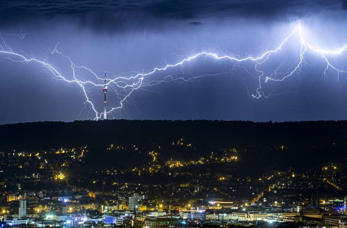 Der Deutsche Wetterdienst warnt vor schweren Gewittern in der Region Stuttgart. (Archivbild) Foto: dpa/Simon Adomat