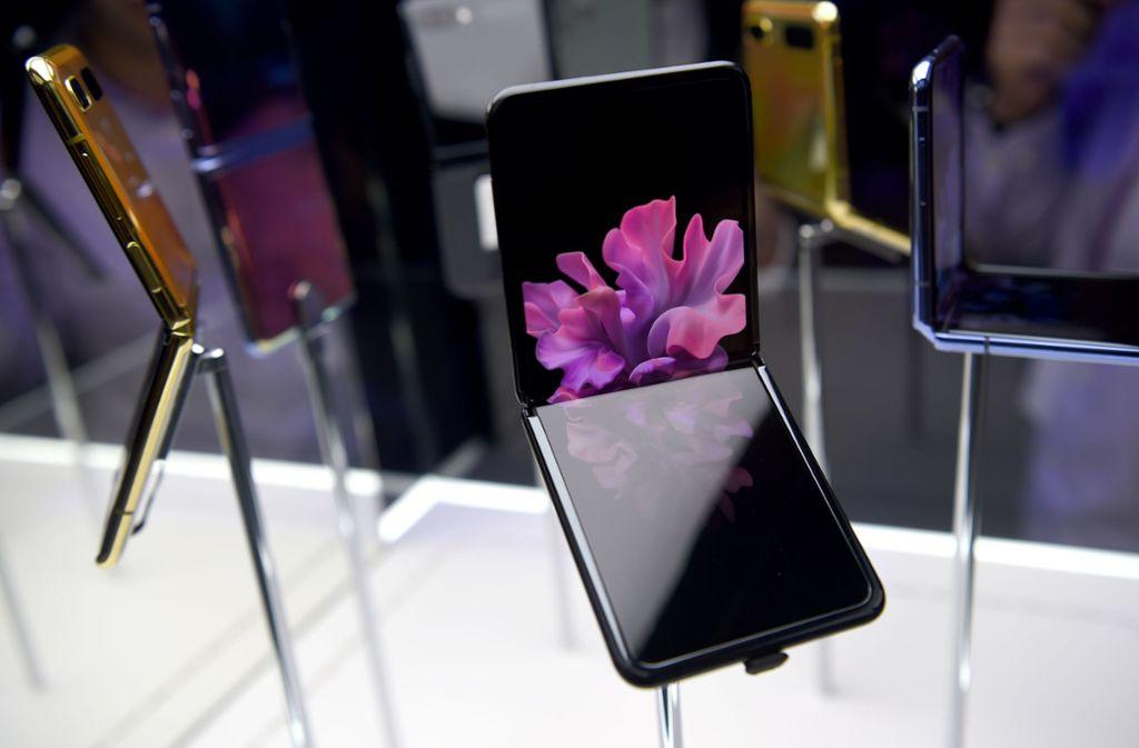 Das Modell Galaxy Z Flip ist zusammengeklappt so groß wie eine Puderdose. Foto: AFP/JOSH EDELSON