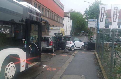 Bus schiebt drei Autos aufeinander – sechs Verletzte