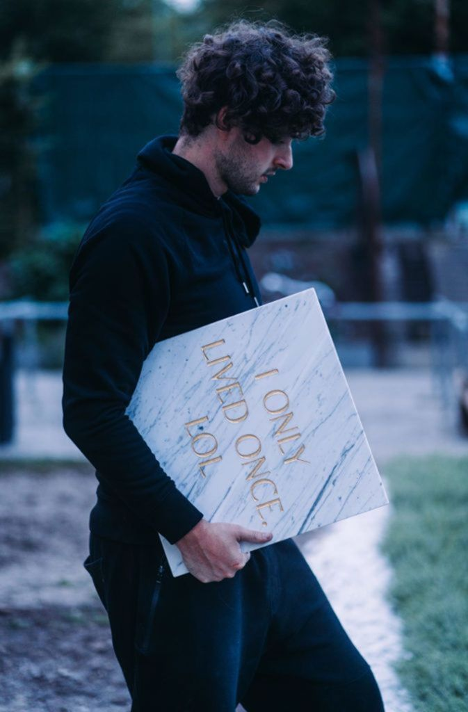 Tim Bengel mit einem seiner Grabsteine.  Foto: Bengel