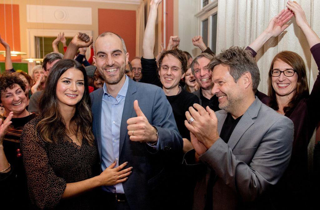 Belit Onay (Zweiter von links) hat die Stichwahl gewonnen. Foto: dpa/Hauke-Christian Dittrich