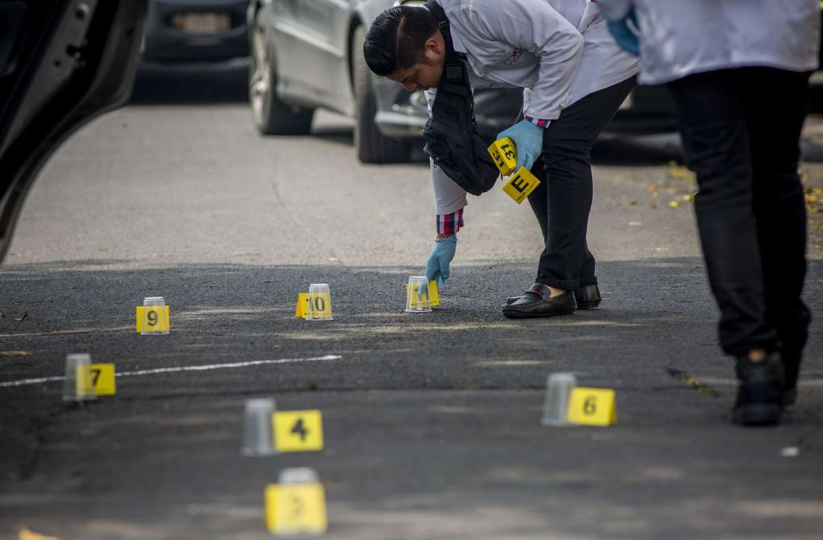 Mexiko leidet unter der hohen Kriminalität –  hier untersuchen  Ermittler  einen Tatort nach einer Schießerei zwischen zwei Drogenkartellen. Foto: dpa/Jair Cabrera Torres