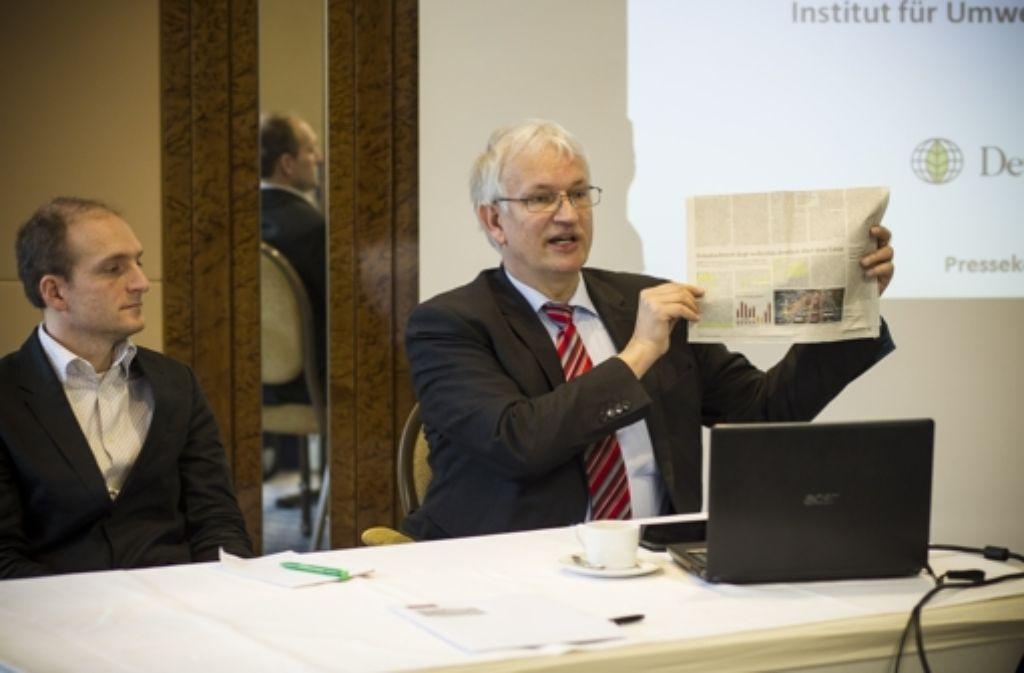 Denis Pöhler (links) und DUH-Chef Jürgen Resch warnen vor zu hohen Stickoxidwerten bei Diesel-Fahrzeugen. Foto: Lichtgut/Leif Piechowski