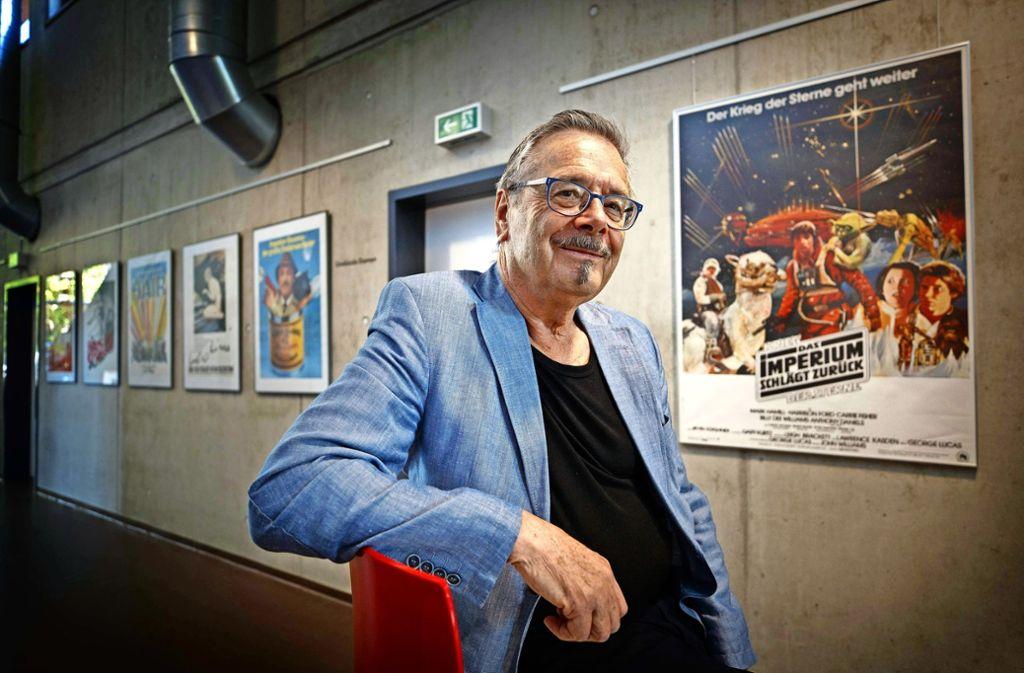 """Siegfried Groß vor seinem von ihm gestalteten Filmplakat zu """"Star Wars"""". Foto: Gottfried Stoppel"""