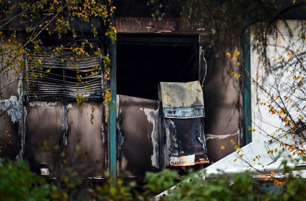 Das Feuer bei Bosch hinterließ auch auf der Fassade des Werks deutliche Spuren. (Archivbild) Foto: dpa/Nicolas Armer