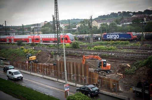 Laute Rammarbeiten für neue Masten in Untertürkheim verärgern die Anwohner. Foto: Achim Zweygarth