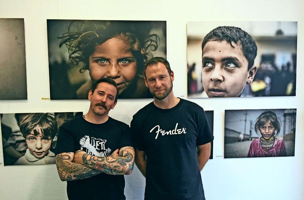 Fotografien im Tattoostudio: Studiomanager Horst Krick (links) und Fotograf Johannes Müller sind für die ungewöhnliche Verbindung verantwortlich. Foto: Ina Schäfer