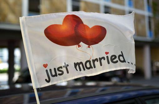 Polizei stoppt frisch getrautes Paar auf Hochzeitsreise