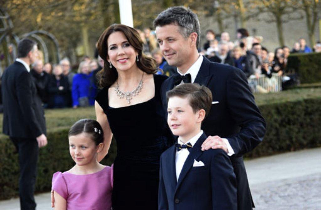 Kornprinz Frederik, seine Frau Mary und die beiden ältesten Kinder Christian und Isabella auf dem Weg zur Geburtstagsgala für Königin Margrethe von Dänemark. Foto: dpa