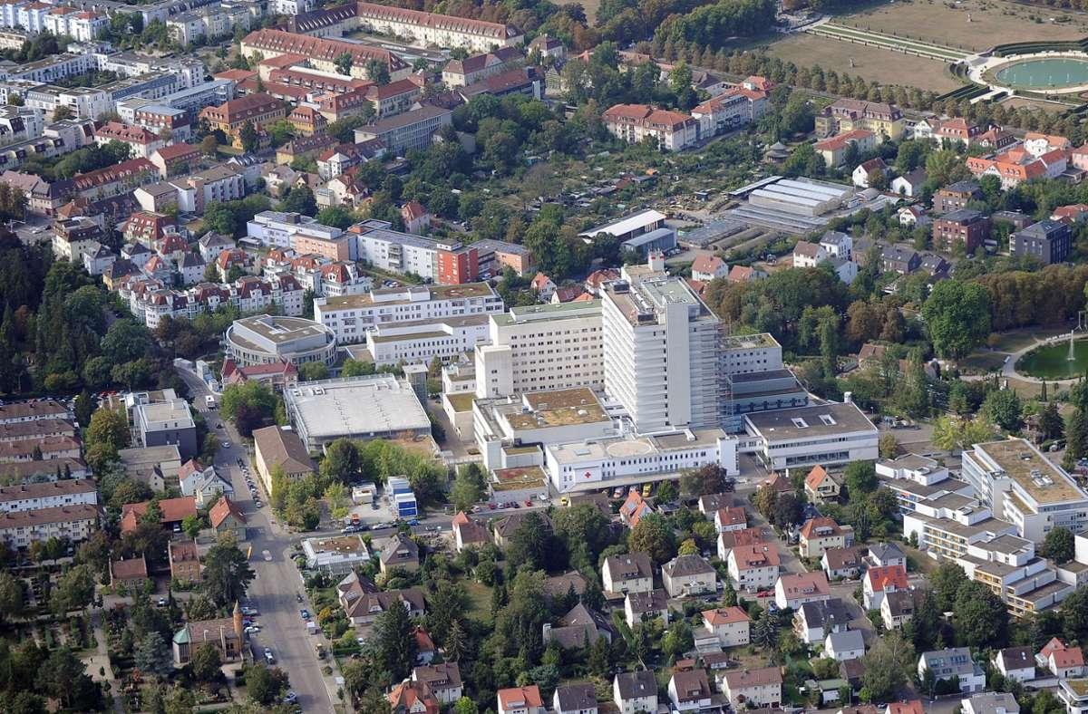 Ein Spannungsfeld: das Krankenhaus zwischen Wohnungsbau und Blühendem Barock. Foto: /Werner Kuhnle