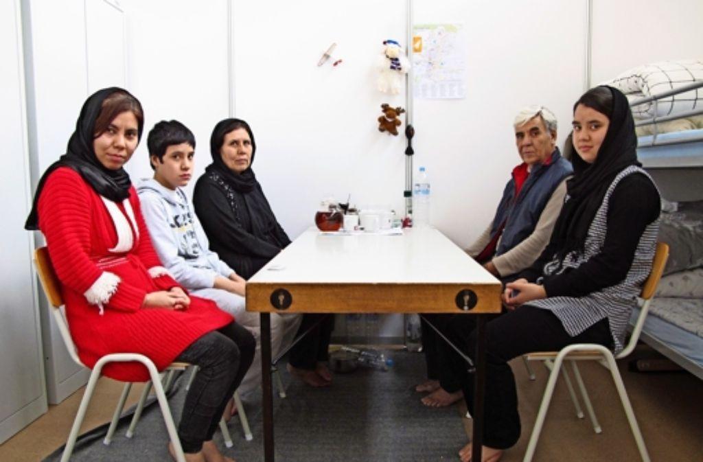 Die Familie Foroghi aus Kabul lebt seit Mitte Januar in diesem Abteil der Schulsporthalle in Steinenbronn Foto: Malte Klein