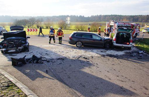Verletzte und Totalschaden nach Abbiege-Unfall