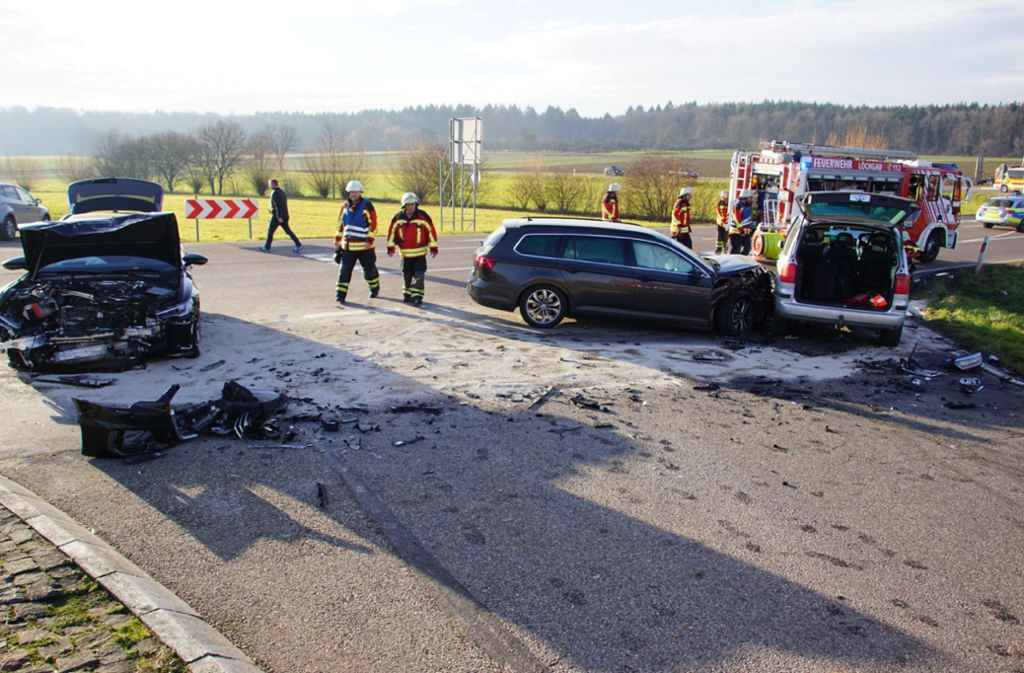 Die Feuerwehr räumt die Unfallstelle zwischen Löchgau und Kleinsachsenheim. Foto: /SDMG / Hemmann