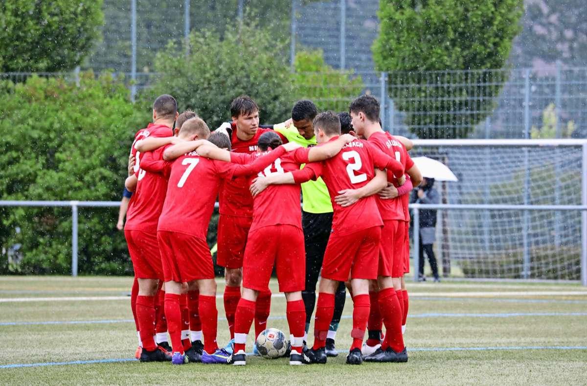 Die Bezirksliga-Fußballer des SV Fellbach II versammeln sich um den späten Torschützen Patrick Bauer (Bildmitte) und feiern den ersten Saisonsieg.Foto: Patricia Sigerist Foto: