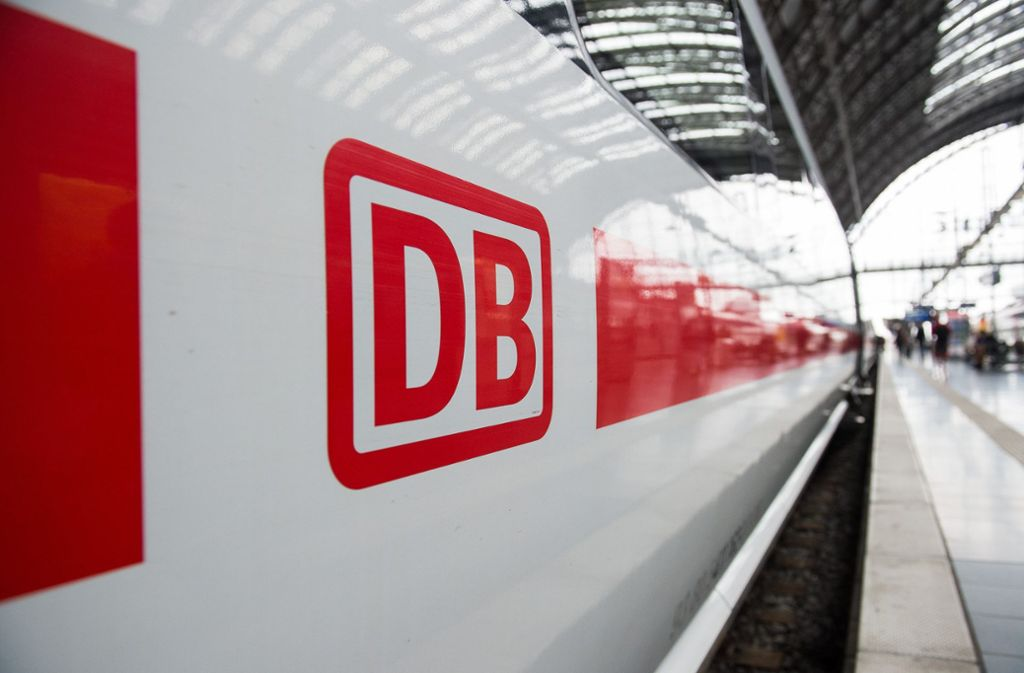 Das Logo der Deutschen Bahn auf einem ICE: Der Konzern soll eine Finanzierungslücke von drei Milliarden Euro haben. Foto: dpa/Silas Stein
